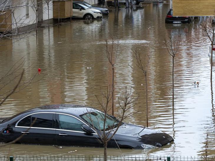 બાલ્કન દેશ કોસોવોમાં હાલ ભારે વરસાદના કારણે પૂરના પાણી ચોતરફ ફેલાઈ ગયા છે. જેના કારણે ભારે તારાજી થઈ છે. સેંકડો લોકોએ સ્થળાંતર પણ કરવું પડ્યું છે.