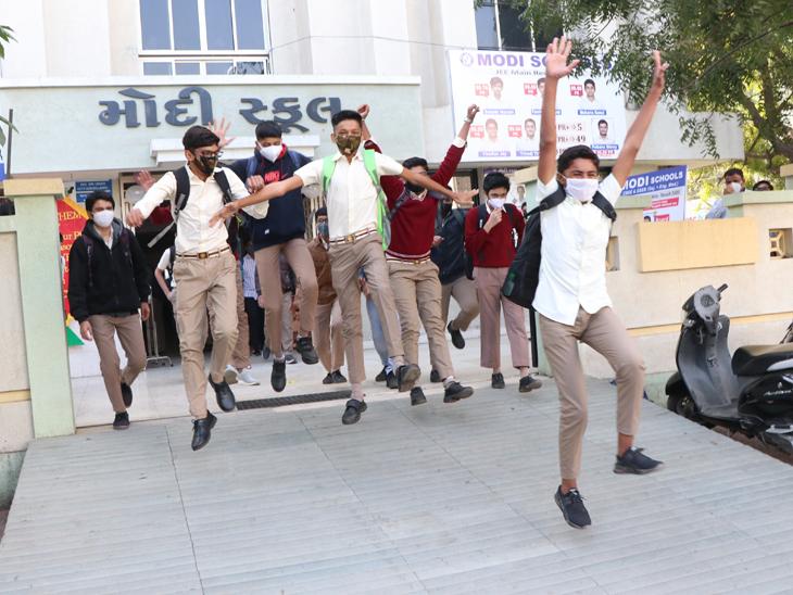 લાંબા સમય બાદ સ્કૂલ ખુલતાં વિદ્યાર્થીઓમાં હરખ હતો અને મિત્રોને મળવાની ખુશીથી મોટાભાગના વિદ્યાર્થીઓના ચહેરા પર ઉત્સાહ અને આનંદ સ્પષ્ટ દેખાતો હતો. - Divya Bhaskar