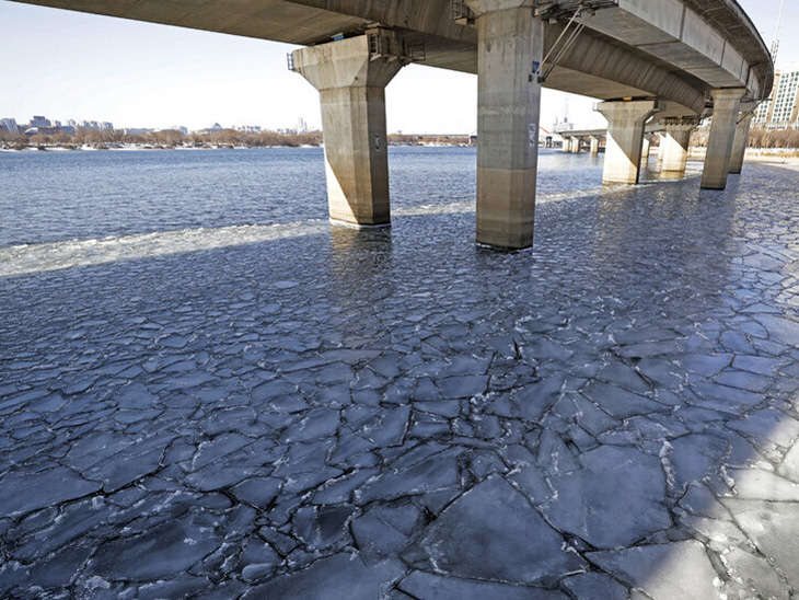દક્ષિણ કોરિયામાં રેકોર્ડબ્રેક કાતિલ ઠંડીએ સપાટો બોલાવ્યો છે. જાણીતી હાન નદીનું પાણી માઈનસ 20 ડિગ્રીએ થીજી ગયા પછી બરફના ચોસલા થઈ ગયા છે. નિષ્ણાતોના મતે આ ગત વર્ષે કોરોનાવાયરસના લીધે લોકડાઉનની સ્થિતિમાં પ્રદૂષણ ખૂબ ઘટ્યું અને તેનાથી ઠંડીમાં વધારો થયો છે.