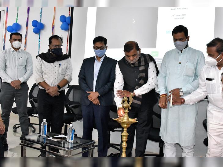 અમરેલી મેડિકલ કોલેજ ખાતે જિલ્લા કલેકટર, ડીડીઓ અને સાંસદની ઉપસ્થિતીમાં રસીકરણનો પ્રારંભ|અમરેલી,Amreli - Divya Bhaskar