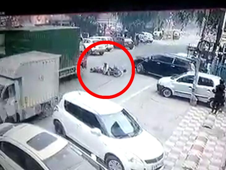 કારની ટક્કર લાગતાં યુવક ઊલળીને ટ્રક નીચે ચગદાઈ ગયો, ભયાવહ અકસ્માત CCTVમાં કેદ|ઈન્ડિયા,National - Divya Bhaskar