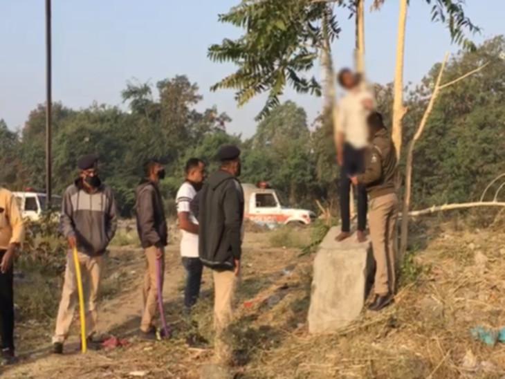રાજકોટના જૂના રેલવે સ્ટેશન પાસે ઝાડ પર લટકતી હાલતમાં યુવકનો મૃતદેહ મળ્યો, પોલીસે PM માટે ખસેડી કાર્યવાહી હાથ ધરી રાજકોટ,Rajkot - Divya Bhaskar