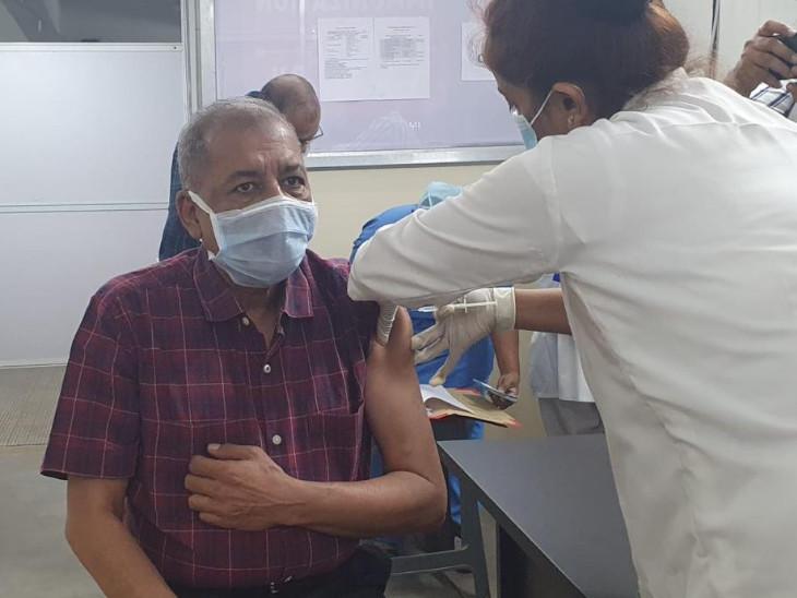 સુરતમાં સ્મીમેર મેડિકલ કોલેજના ડીન અને હોસ્પિટલના સુપરીન્ટેન્ડન્ટએ વેક્સિન લઈને આરોગ્યકર્મીઓને પ્રોત્સાહિત કર્યા સુરત,Surat - Divya Bhaskar
