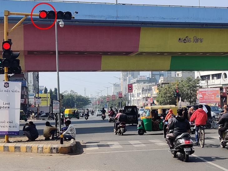 રાજકોટ પોલીસની ઇ-મેમો લૂંટ ચાલુ, સિગ્નલ ચાલુ રાખી તમામ સાઇડ ખોલી વાહનચાલકોને 'ચાંદલા' માટે મજબૂર કર્યા|રાજકોટ,Rajkot - Divya Bhaskar