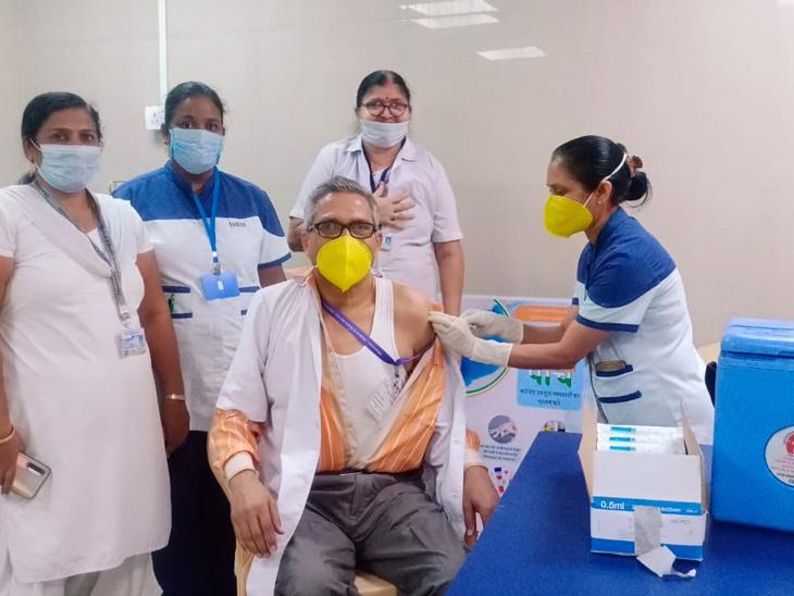 કોવીશીલ્ડ વેકસીનનો બીજા તબક્કાનો પ્રારંભ કરાયો, 25 જેટલા સ્ટાફને વેક્સીન આપી હતી|સેલવાસ,Silvassa - Divya Bhaskar