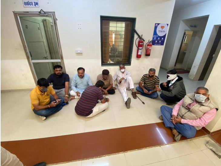 રાજકોટના પ્રદ્યુમનનગર પોલીસ સ્ટેશનમાં કોંગ્રેસના નેતાઓ ધરણા પર બેઠા. - Divya Bhaskar