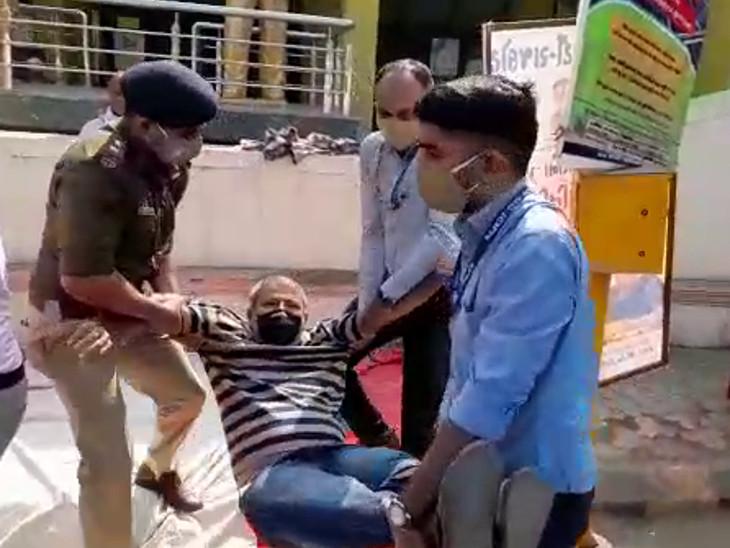 પોલીસે ગુજરાત કિસાન કોંગ્રેસના પાલ આંબલીયાની ટીંગાટોળી સાથે અટકાયત કરી.