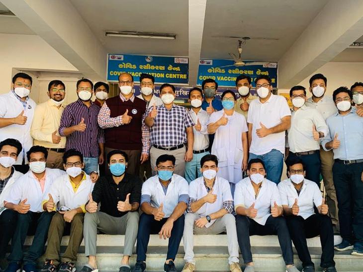 અમદાવાદ સિવિલ હોસ્પિટલના ઓર્થોપેડિક વિભાગના 50 કરતા વધુ કર્મચારીઓએ એક સાથે કોરોના વેક્સિન લીધી|અમદાવાદ,Ahmedabad - Divya Bhaskar