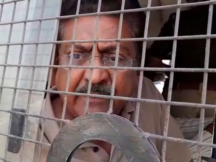 રાજકોટમાં કોંગ્રેસે ગોદડા સાથે ધરણાં કરતા જાહોરનામાનો ભંગ, મનપાના પૂર્વ વિપક્ષ નેતા સહિત 5 જેલ હવાલે, પૂર્વ ધારાસભ્ય ઇન્દ્રનીલ રાજ્યગુરુના જામીન મંજૂર|રાજકોટ,Rajkot - Divya Bhaskar