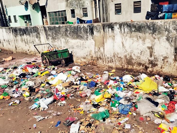 નિકોલ આવાસ યોજના પાસે કચરો જમા થતો હોવાથી સ્થાનિકો પરેશાન|અમદાવાદ,Ahmedabad - Divya Bhaskar