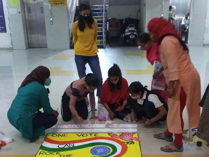 સુરતમાં મતદાન જાગૃતિ અભિયાન, જિલ્લા શિક્ષણાધિકારી કચેરીના કંપાઉન્ડમાં રંગોળી સ્પર્ધા યોજાઈ|સુરત,Surat - Divya Bhaskar