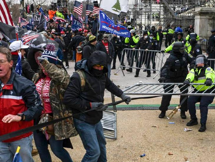 અમેરિકાની સંસદની બહાર અને અંદર 6 જાન્યુઆરીએ ડોનાલ્ડ ટ્રમ્પના સમર્થકોની હિંસા દરમિયાન 6 પોલીસ અધિકારીઓને સંક્રમણ લાગ્યું હતું. આ બાબતે પોલીસે તેની પુષ્ટિ કરી છે. (ફાઇલ)