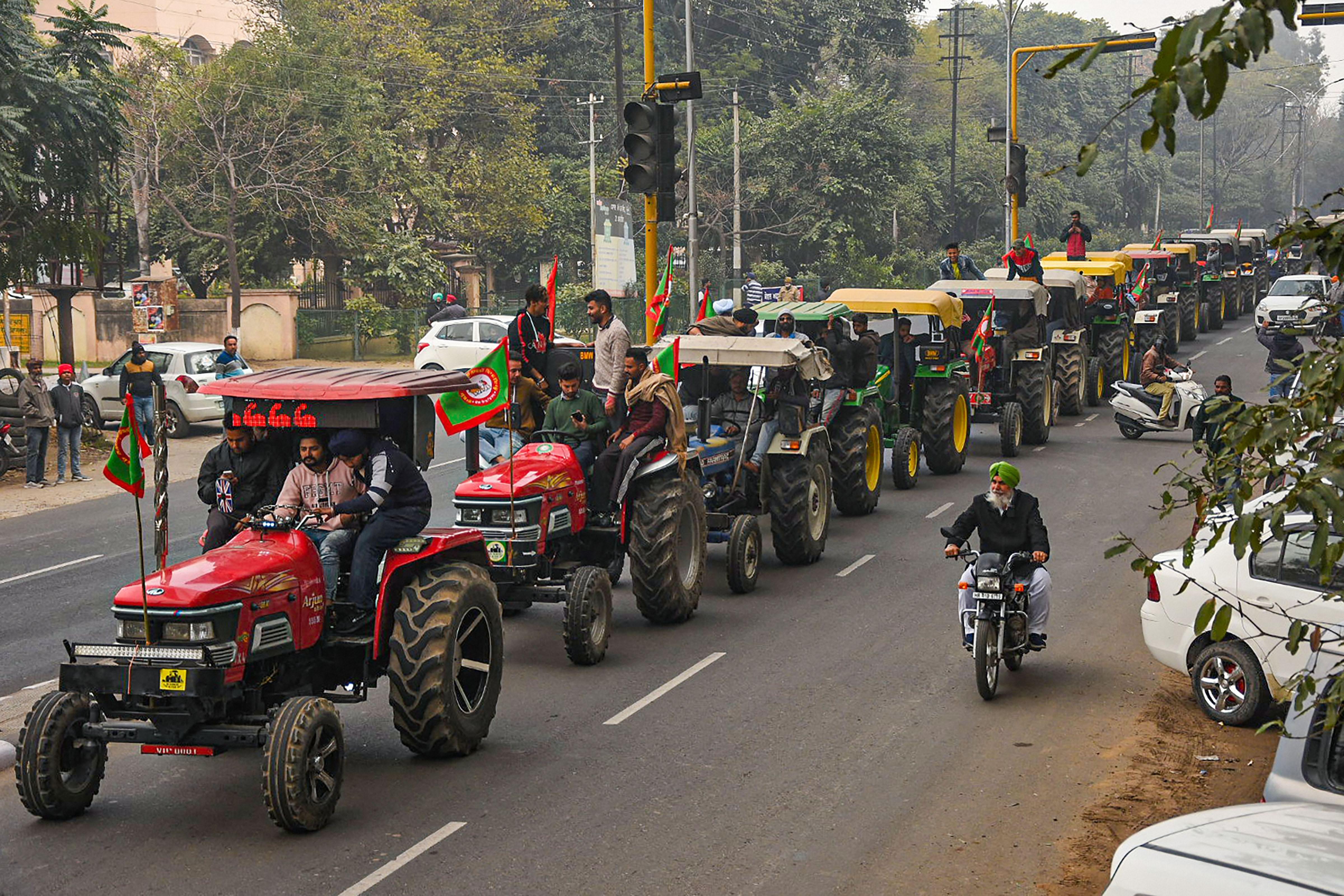 ખેડૂત નેતાનો દાવો- દિલ્હી પોલીસે મંજૂરી આપી, પોલીસે કહ્યું- વાતચીત અંતિમ તબક્કામાં છે|ઈન્ડિયા,National - Divya Bhaskar
