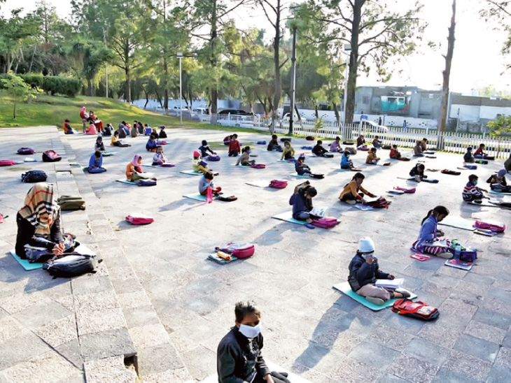 આગામી આંતરરાષ્ટ્રીય શિક્ષણ દિવસને ધ્યાનમાં રાખીને પાકિસ્તાનના ઈસ્લામાબાદમાં પાર્ક સ્કૂલનું આયોજન કરવામાં આવ્યું હતું. તેમાં બાળકો માસ્ક પહેરીને પહોંચ્યાં હતાં. અહીં તેમણે સોશિયલ ડિસ્ટન્સિંગ પણ જાળવ્યું હતું. સંયુક્ત રાષ્ટ્રએ 24 જાન્યુઆરીને આંતરરાષ્ટ્રીય શિક્ષણ દિવસ તરીકે જાહેર કર્યો છે.