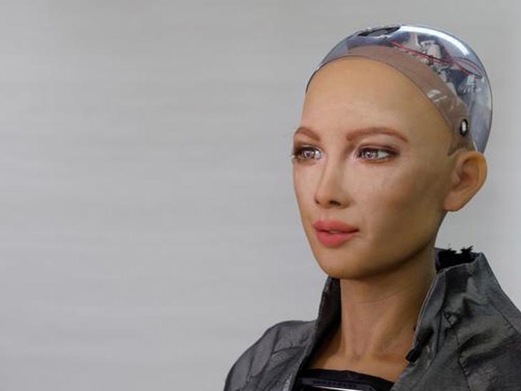 હોંગકોંગની એક લેબમાં અદ્દલ માનવ ચહેરો અને તેની જેમ વાતચીત કરતા રોબોટ સોફિયાને રજૂ કરાયો છે. સોફિયા રોબોટ પોતાની લેબમાં ફરે છે અને બોલે છે, 'હું કમ્યુનિકેટ કરી શકું છું, થેરાપી આપી શકું છું અને સોશિયલ સ્ટિમ્યુલેશન આપી શકું છું એ પણ મુશ્કેલ સ્થિતિમાં.'