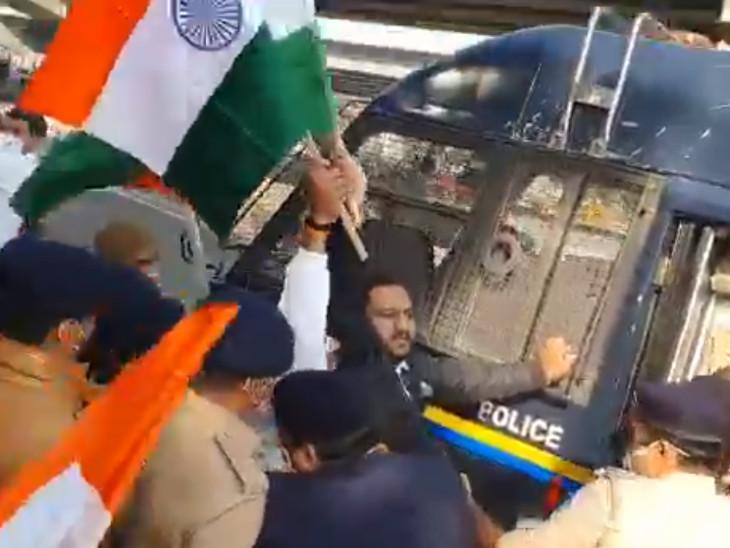 સુરતમાં પાસ દ્વારા વગર પરવાનગીએ તિરંગા રેલીનું આયોજન કરાયું, પોલીસે ફરજમાં રૂકાવટનો અલ્પેશ કથિરીયા સહિતના સામે કેસ દાખલ|સુરત,Surat - Divya Bhaskar