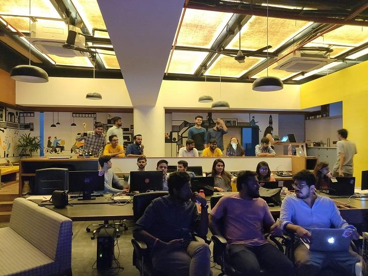 હુબિલોના ફાઉન્ડર અને CEO વૈભવ જૈન તેની ટીમ સાથે.