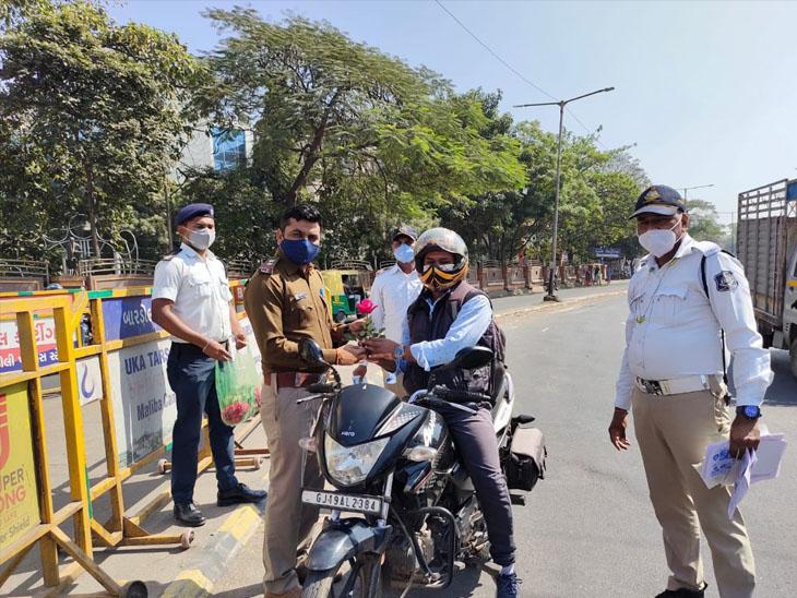 માર્ગ સલામતી માસની ઉજવણી વાહન ચાલકોને ફૂલ આપી માર્ગદર્શન|બારડોલી,Bardoli - Divya Bhaskar