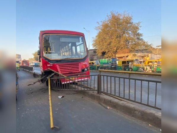 સારંગપુર BRTS ટ્રેકમાં AMTS બસ રેલિંગમાં ઘૂસી, ડ્રાઇવરે સ્ટેરિંગ પર કાબૂ ગુમાવતા બન્યો બનાવ અમદાવાદ,Ahmedabad - Divya Bhaskar
