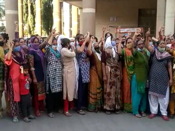 સ્થાનિક સ્વરાજની ચૂંટણી આવતાં જ વિરોધ શરૂ, પાયાની સુવિધાના અભાવે વોર્ડ નં-18ના સ્થાનિકોએ મનપા કચેરીમાં 'ન્યાય આપો ન્યાય'ના નારા લગાવ્યા|રાજકોટ,Rajkot - Divya Bhaskar