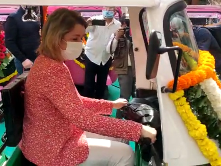 ફ્રાન્સના મહિલા પ્રધાને સુરતમાં મહિલાઓ માટે ચાલતી પીંક રિક્ષા જાતે ચલાવવાનો અનુભવ કર્યો હતો. - Divya Bhaskar