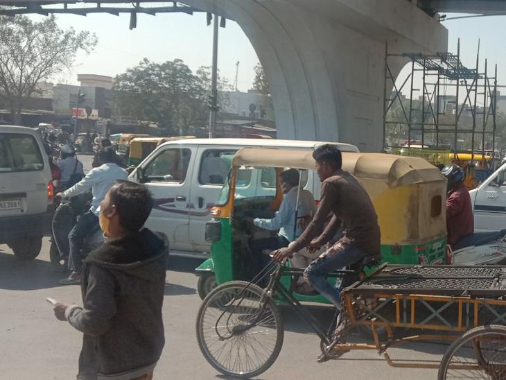 ઇસનપુર ઓવરબ્રિજ નીચે પાર્કિગ, લારીઓનો ખડકલો, પાર્કિગની સમસ્યાના કારણે સ્થાનિક લોકોને હાલાકી|અમદાવાદ,Ahmedabad - Divya Bhaskar
