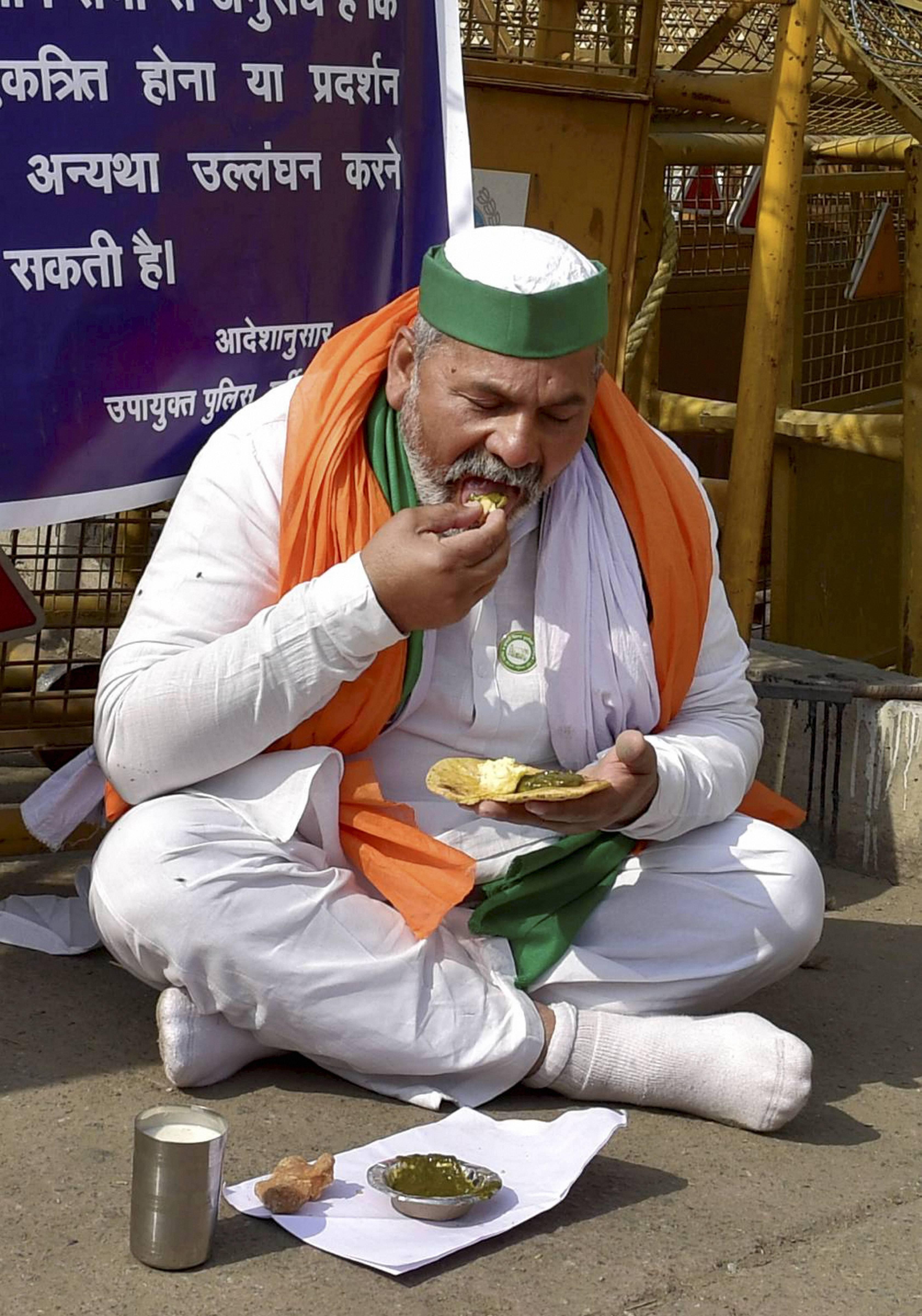 ગાઝિપુર બોર્ડર પર ભોજન કરતાં BKU નેતા રાકેશ ટિકૈત