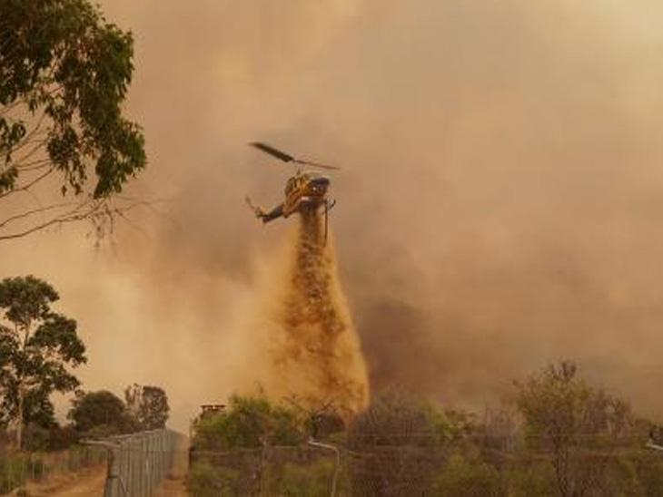 ઓસ્ટ્રેલિયામાં પર્થની ઉત્તરપશ્ચિમે જંગલમાં લાગેલી આગ બેકાબૂ બની છે. અનેક ઘરોને નુકસાન થયું છે. દાવાનળને અંકુશમાં લેવા માટે હેલિકોપ્ટરથી પાણીનો છંટકાવ કરવામાં આવી રહ્યો છે.