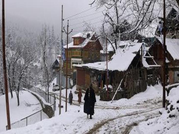 કાશ્મીરના અનેક પ્રદેશોમાં નવેસરથી હિમવર્ષા થઈ છે. કુપવાડામાં રસ્તાઓ પર બરફના થર જામ્યા છે. જેના કારણે અહીં કાતિલ ઠંડીએ સપાટો બોલાવી દીધો છે.