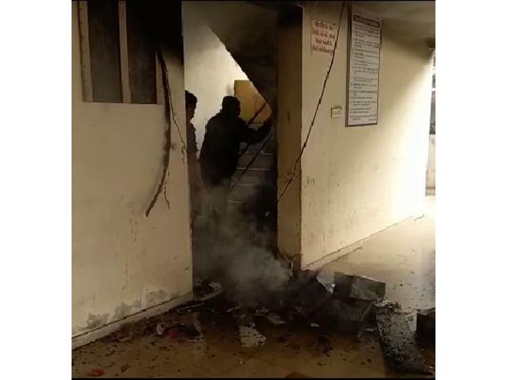 રાજકોટના રેમ્બો સિટી એપાર્ટમેન્ટના મીટર બોર્ડમાં શોર્ટ સર્કિટના કારણે આગ લાગતા લોકોમાં અફરાતફરી મચી, કોઈ જાનહાનિ નહીં, ફાયર સેફટીનો અભાવ|રાજકોટ,Rajkot - Divya Bhaskar