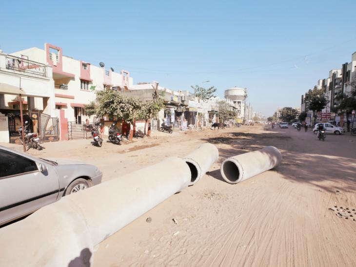 વસ્ત્રાલમાં પાઈપલાઈનની કામગીરીને લઈને રોડ રસ્તા બ્લોક થયા|અમદાવાદ,Ahmedabad - Divya Bhaskar
