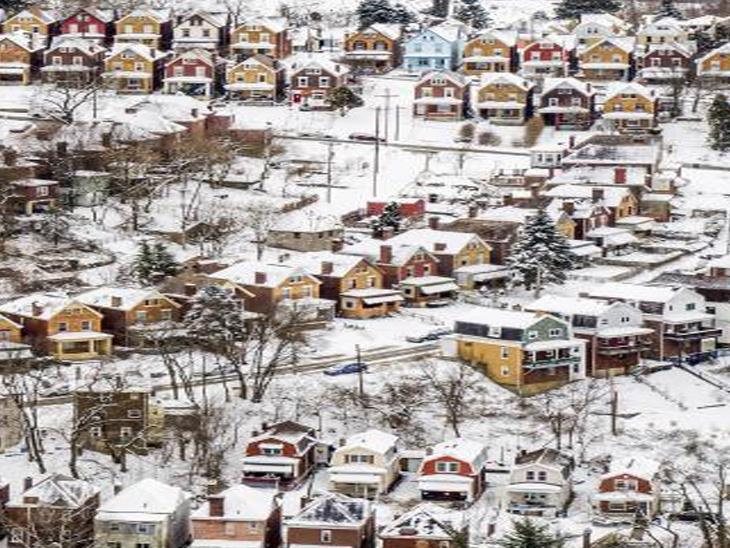પિટ્સબર્ગમાં સતત ભારે હિમવર્ષા થઈ છે, જેને કારણે મકાનો પર બરફના થર જામ્યા છે. કાતિલ ઠંડી અને બરફના થર જામતાં લોકોની હાલાકી વધી છે.