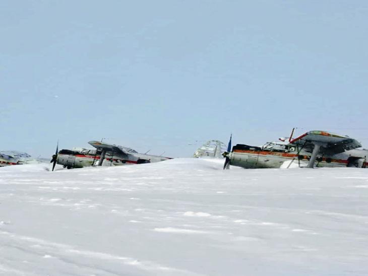 તસવીર સાઇબેરિયાની છે, જ્યાં રનવે પર રખાયેલાં પેસેન્જર વિમાન પણ બરફમાં દબાઈને ક્ષતિગ્રસ્ત થયાં છે.