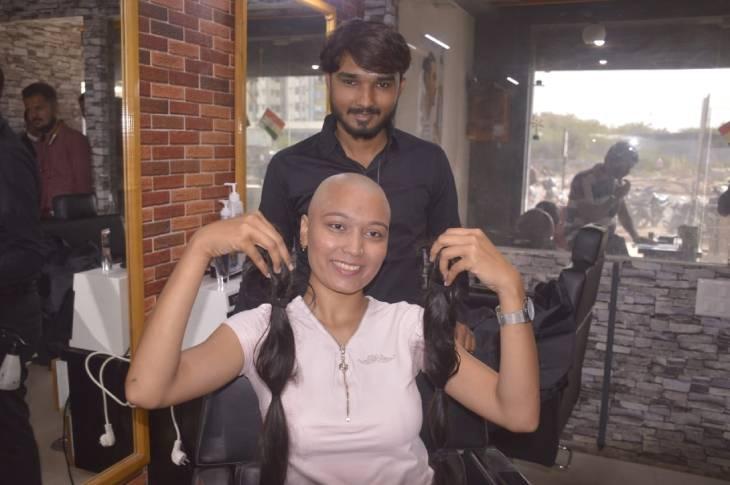 ભાવનગરની દીકરીએ સ્ત્રીના સૌંદર્યના આભૂષણ સમા 3 ફૂટ લાંબા વાળનું દાન કર્યું, કહ્યું- વાળ નહીં તમારા વિચારો જ તમારું સૌંદર્ય છે|ભાવનગર,Bhavnagar - Divya Bhaskar