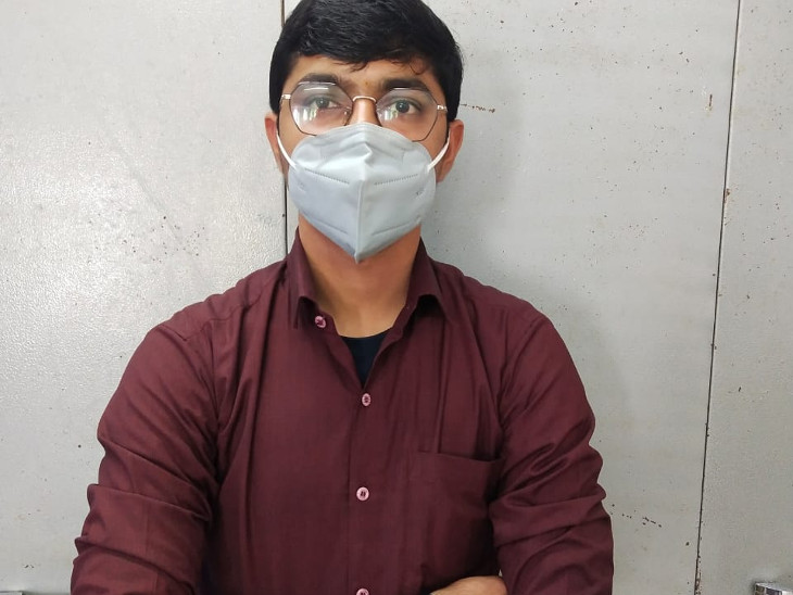 રાજકોટમાં નકલી ડોક્ટર ઝડપાયો, મેડિકલ ડિગ્રી વગર બે મહિનાથી ટ્રસ્ટના નામે ક્લિનિક ચલાવતો, અલગ અલગ કંપનીની દવા અને ઇન્જેક્શન મળ્યાં રાજકોટ,Rajkot - Divya Bhaskar
