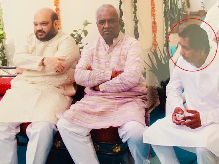 बाएं से, केंद्रीय गृह मंत्री अमित शाह, अहमदाबाद के पूर्व मेयर अमित पी।  शाह और हितेश बारोट