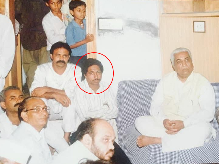 1997 में, जब अमित शाह विधायक उपचुनाव लड़ रहे थे, तत्कालीन मुख्यमंत्री केशुभाई पटेल हितेश बारोट के घर आए।