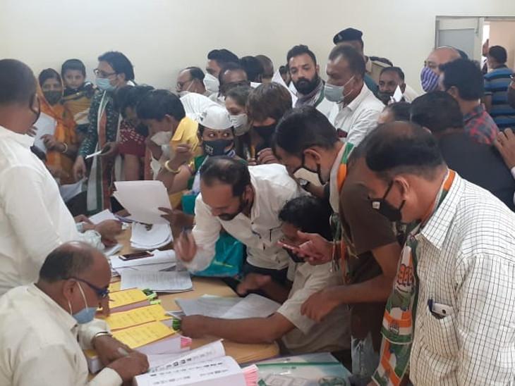 રાજકોટમાં છેલ્લી ઘડીએ કોંગ્રેસના ઉમેદવારોએ ફોર્મ ભરવા પડાપડી કરી, વોર્ડ નં.1, 2 અને 3ના કોંગ્રેસના ઉમેદવારોના મેન્ડેટને લઇને ભાજપે વાંધો રજૂ કર્યો રાજકોટ,Rajkot - Divya Bhaskar