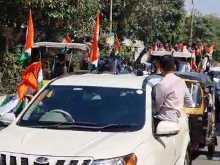 रैली और सामाजिक दूरी का झंडा फहराना।