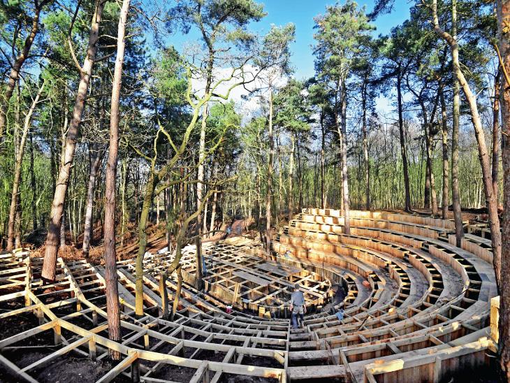 दुनिया का पहला ओपन-एयर थिएटर इस महीने के अंत तक इंग्लैंड के साउथवल्ड के जंगलों में खोलने के लिए तैयार है।  पूरी तरह से लकड़ी से बने, थिएटर में 350 दर्शकों की क्षमता होगी।  यहां आप दिन के दौरान पेड़ों की छाया और रात में खुले आसमान के नीचे कार्यक्रम देख सकते हैं।  थिएटर को विशेष रूप से पर्यावरणविदों के लिए स्थापित किया जा रहा है।  रंगमंच के कलाकार यहां प्रदर्शन करेंगे।  समय-समय पर पर्यावरण के लिए पेड़ों के महत्व को भी समझाते हैं।  चार्लोट बॉन्ड, जिन्होंने इसे बनाया, ने कहा कि थिएटर का नाम
