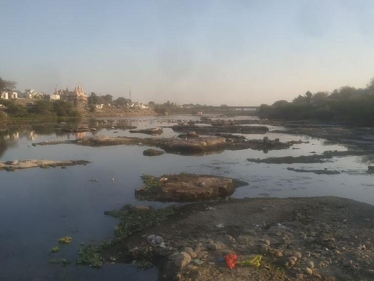 અમરેલીમાં પુલની કામગીરી માટે કામનાથ ડેમનું પાણી ખાલી કરાયું, કુંકાવાવ જવા માટે નદીની વચ્ચેથી ડાયવર્ઝન કઢાયું|અમરેલી,Amreli - Divya Bhaskar