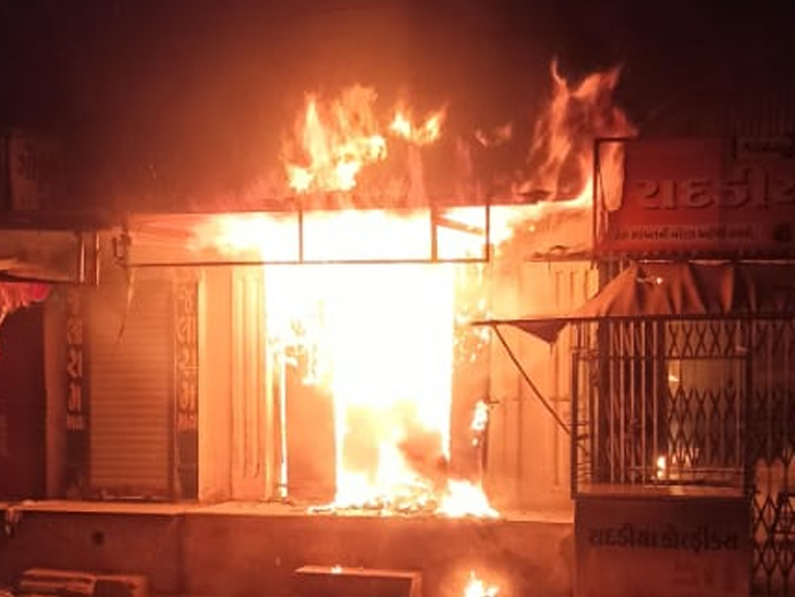 ગોંડલની કડિયા લાઈનમાં મધરાતે મોબાઈલની દુકાનમાં આગ ભભૂકી ગોંડલ,Gondal - Divya Bhaskar