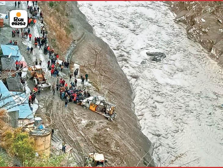 ધોળીગંગા નદીમાં સોમવારે પણ પાણીનું વહેણ ખૂબ ઝડપી હતું. લોકોએ પણ રેસ્ક્યૂમાં જવાનોની મદદ કરી.
