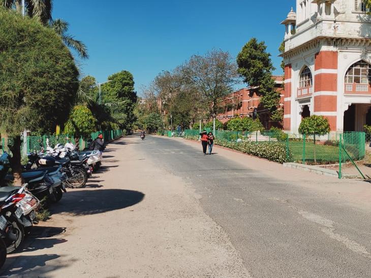 યનિવર્સિટીના રસ્તાઓ સુમસામ જોવા મળ્યા હતા