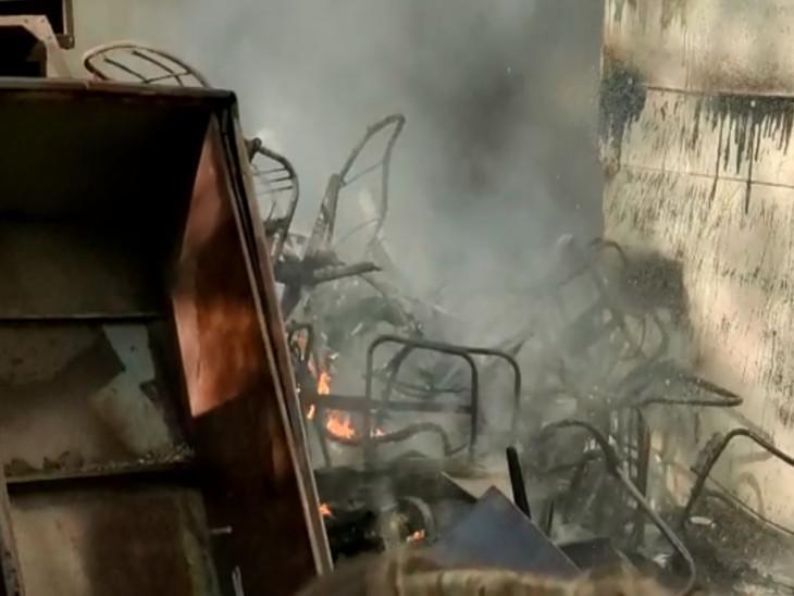 આગના કારણે ધુમાડો બીજા માળ સુધી ફેલાઈ ગયો હતો.