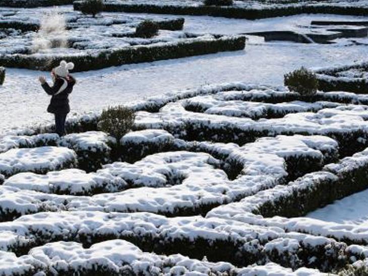 બેલ્જિયમના એક પાર્કનો નજારો જુઓ. અહીં બરફવર્ષા થયા પછી પાર્કની કોતરણી કરેલા ઝાડપાન પર બરફ છવાઈ જતાં અનોખું જ દૃશ્ય જોવા મળતું હતું.