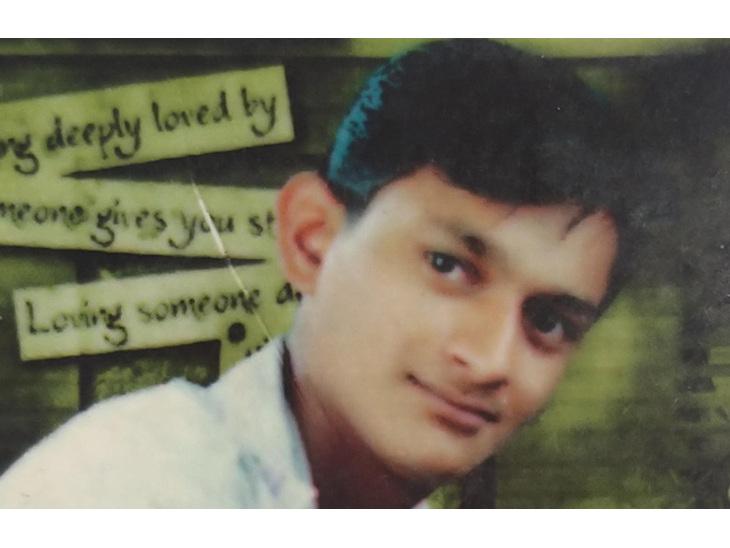 આર્થિક ભીંસથી કંટાળી કા૨ખાનેદારે ગળેફાંસો ખાઇ જિંદગી ટૂંકાવી, પરાપીપળિયામાં ઈલે. થાંભલા સાથે લટકી શ્રમિકનો આપઘાત|રાજકોટ,Rajkot - Divya Bhaskar