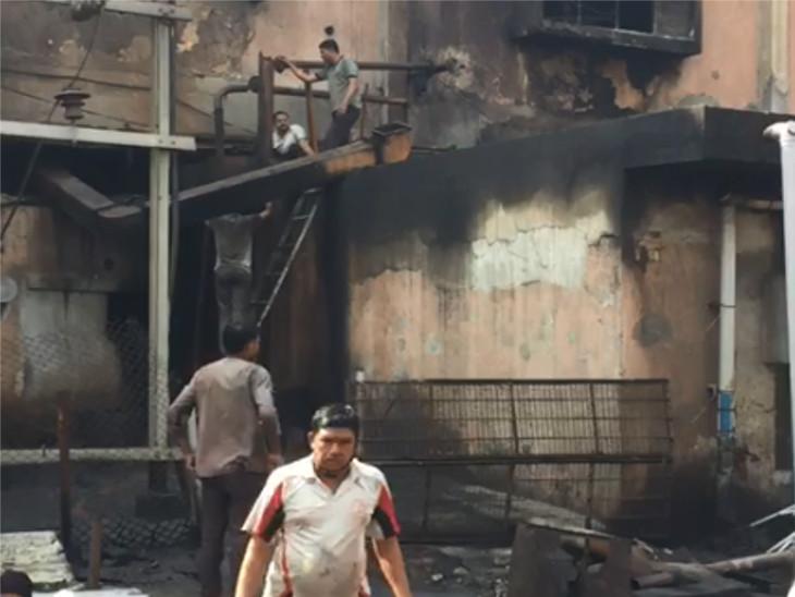 સુરતમાં બમરોલી રોડ પર આવેલી મનહર ડાઈંગ મિલમાં આગ લાગતાં ભાગદોડ, વોચમેનની સતર્કતાથી મોટી દુર્ઘટના ટળી|સુરત,Surat - Divya Bhaskar