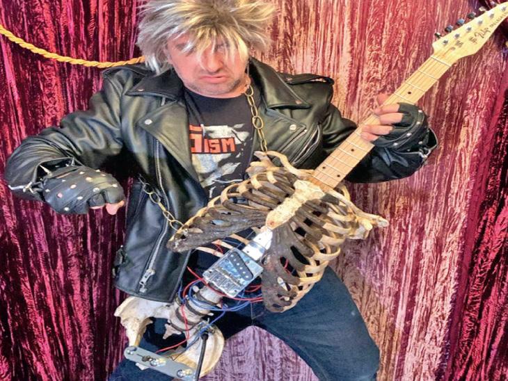 અમેરિકાના સંગીતકાર પ્રિન્સ મિડનાઇટે તેના કાકાના હાડપિંજરનો ઉપયોગ કરીને એક ઇલેક્ટ્રિક ગિટાર બનાવ્યું છે.