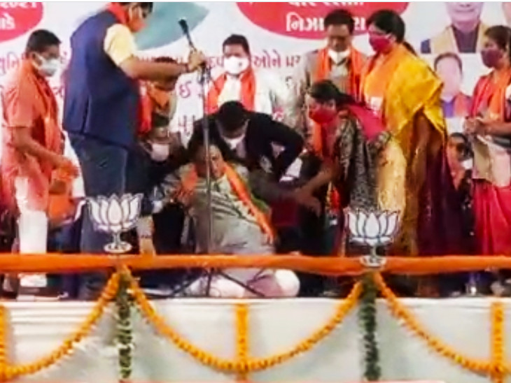 નિઝામપુરામાં છેલ્લી જાહેરસભા દરમિયાન મુખ્યમંત્રી વિજય રૂપાણીને ચક્કર આવતા તેઓ સ્ટેજ પર ઢળી પડ્યા હતા